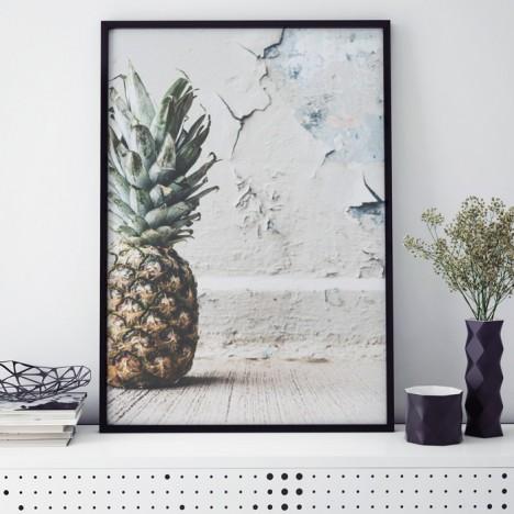 Poster Ananas vor einer Wand